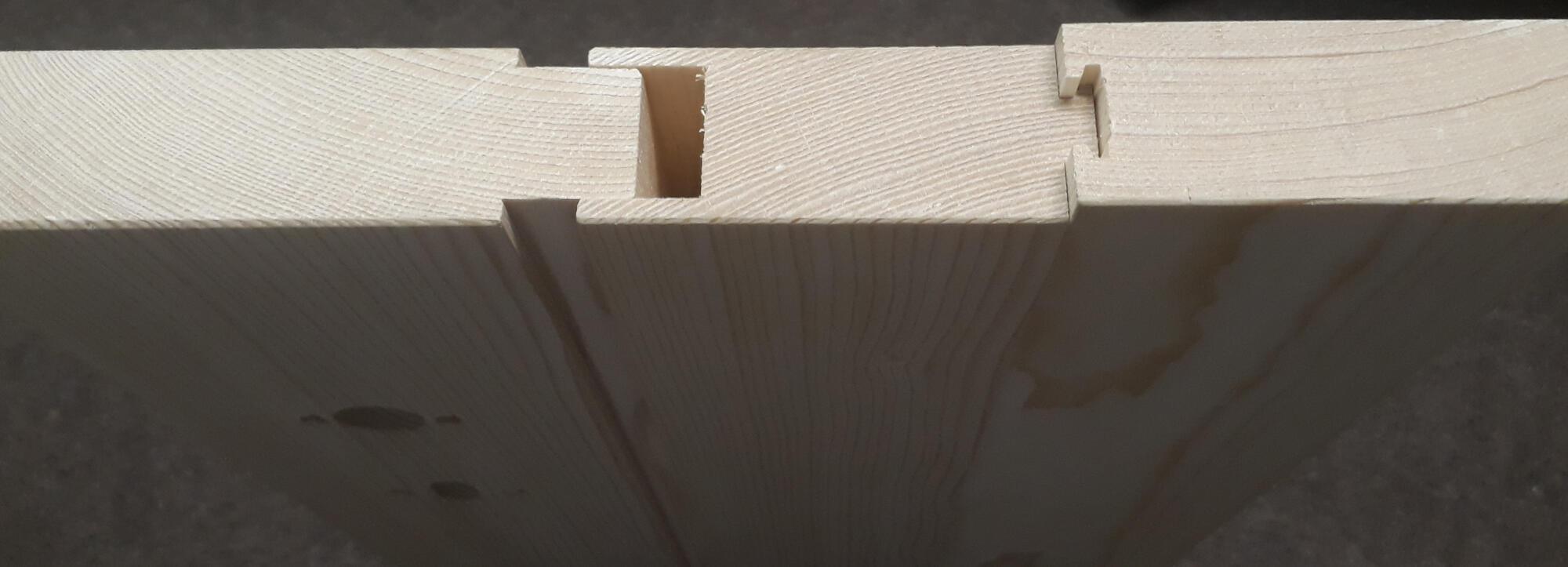 Unser, zum europäischen Patent angemeldetes, plattenförmige Holzsystem erlaubt es, eine nicht abgesperrte Massivholztür zu fertigen, die ohne Leim zusammengefügt wird.
