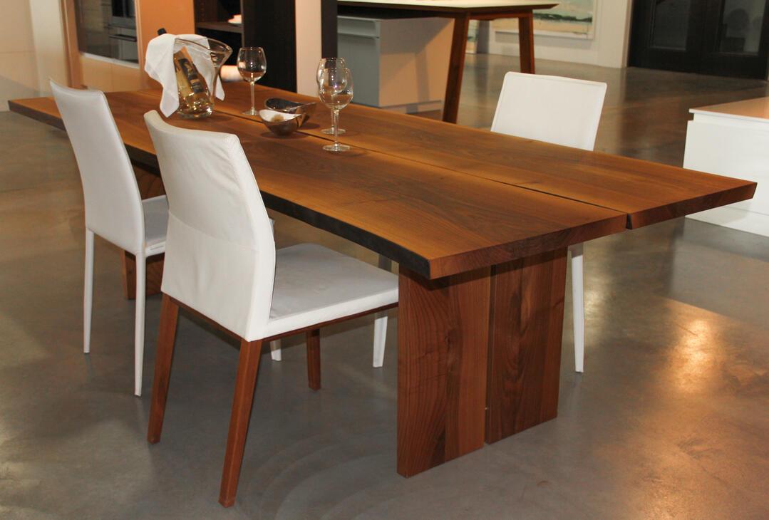 Ausstellungstisch: Massivholztisch aus einheimischem Nussbaum, Form von Baumkannte geschnitten, in Breite verleimt aus möglichst breiten Brettern Masse: 2500 x 1000 x 730 mm Tischblatt: 40mm