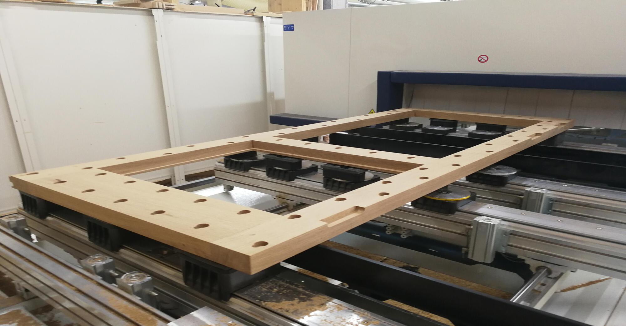 Die leimfreie Massivholztüre besteht im Kern aus einem massiven Rahmen für die Statik.  Die beiden Füllungen werden mit einem hochdämmenden Isolierglas gedämmt. Beidseitig wird die Türe mit einem Massivholzdoppel beplankt.