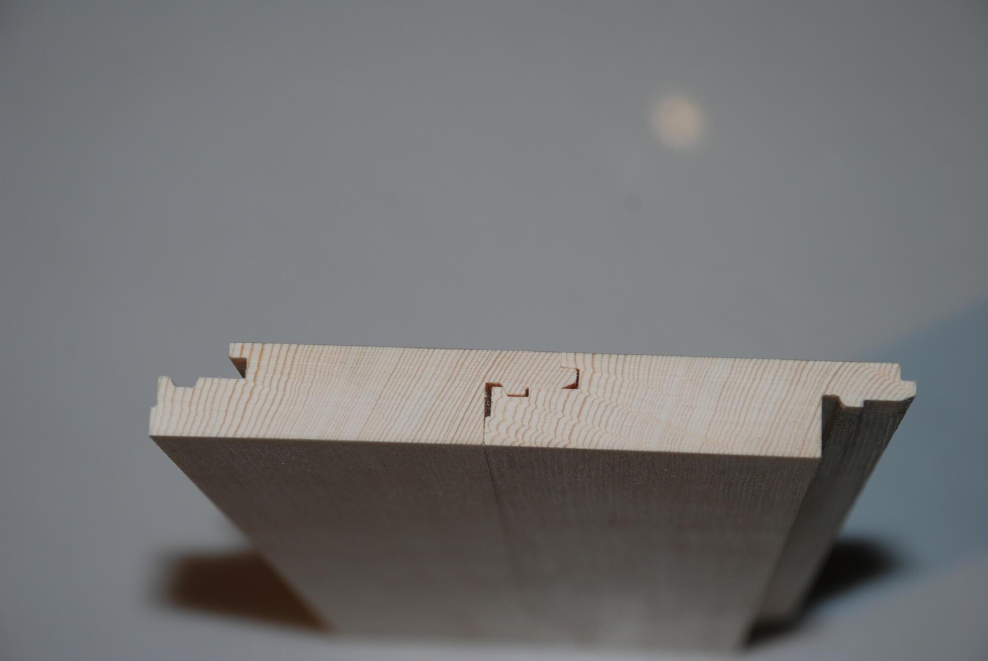 Die patentierte Klickverbindung wird für verschiedenste, leimfreie Massivholzplatten eingesetzt. Die Genauigkeit ist unter anderem, bei der Verbindung sehr entscheidend. Für das Funktionieren der Verbindung entscheiden ein par Hundertstel-Millimeter.