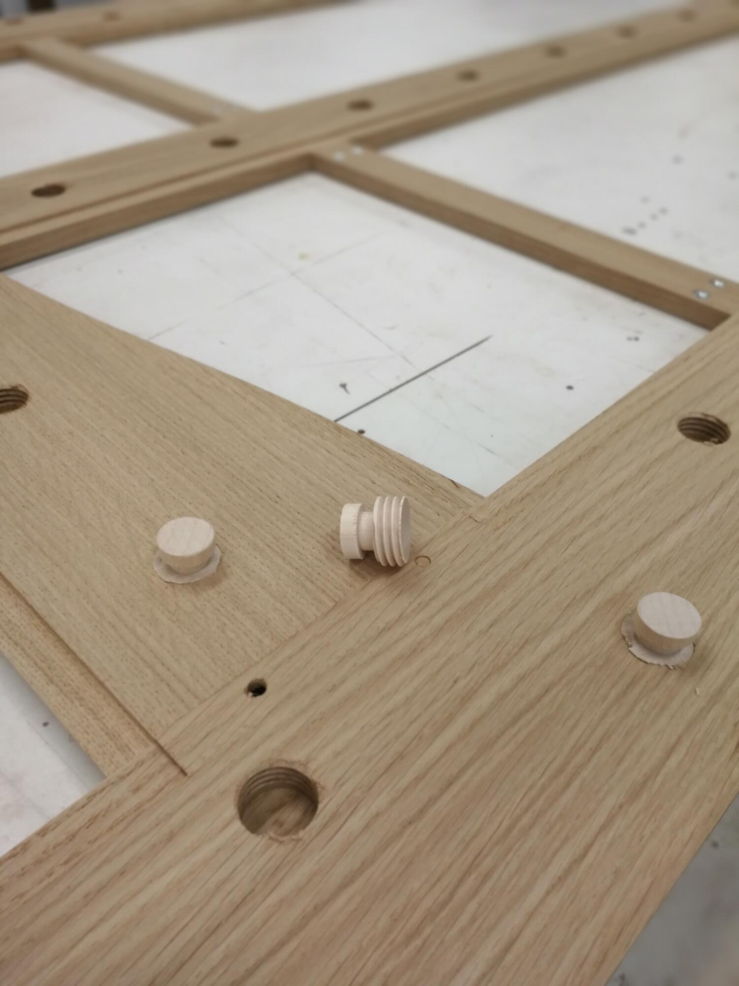 Verschiedene Schraubverbindungen mit Holzgewinden helfen für viele kreative und spannende Lösungen.