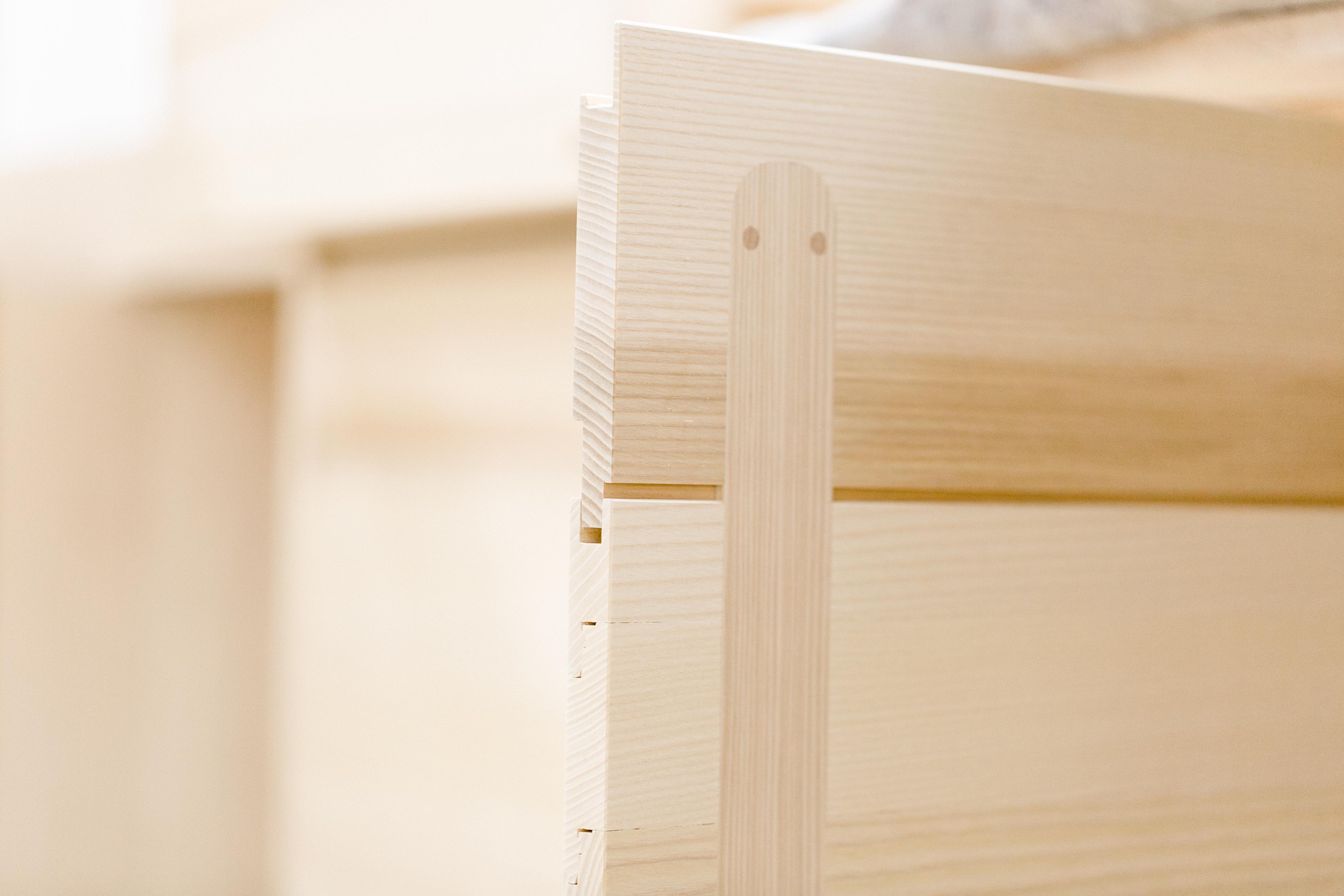 Unser, zum europäischen Patent angemeldetes, plattenförmige Holzsystem erlaubt, ein Schwinden und Quellen des Holzes, ohne das sich dabei das Aussenmass verändert. Mit der innliegenden Querleiste bleibt die Front gerade und wird stabilisiert. Das System wird für leimfreie Küchen- und Möbelfronten eingesetzt.